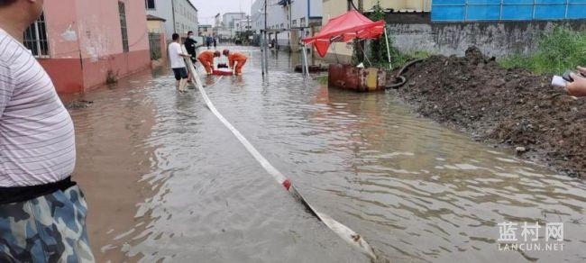 蓝村这个村又被淹!众人连轴转合力排水解难